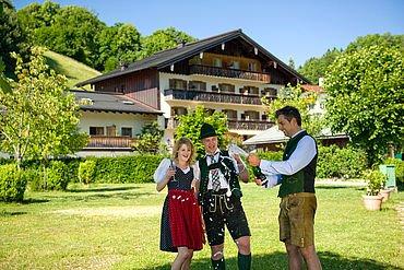 © Landhotel Berau - Hotelansicht mit dem Chef des Hauses