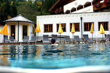 Aussenpool mit 32 Grad im Landhotel Alpenhof