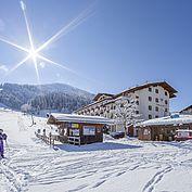 Landhotel Tirolerhof Aussenbereich Skilift Stadlbar