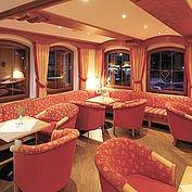 © Landhotel Maria Theresia - abends Lobby und Bar