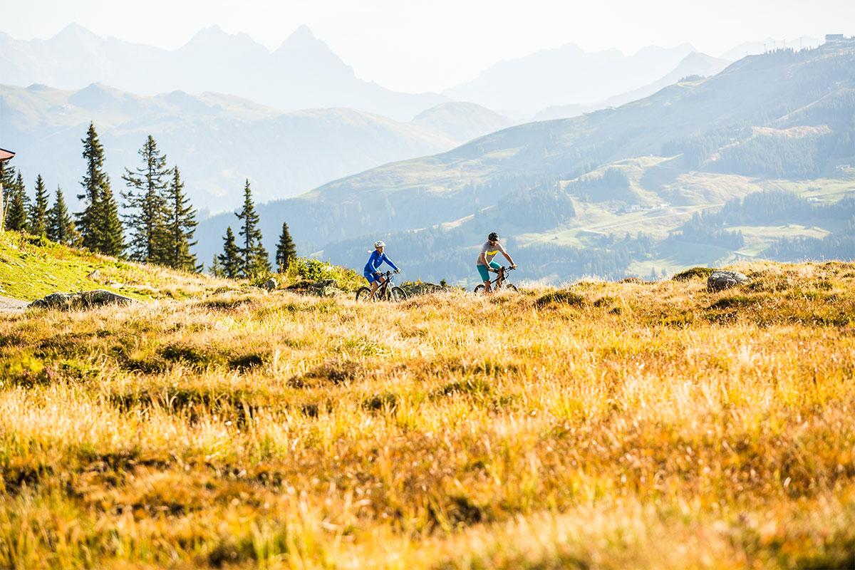 Zwei E-Bike Fahrer in den Kitzbüheler Alpen, © Mirja Geh / Eye 5