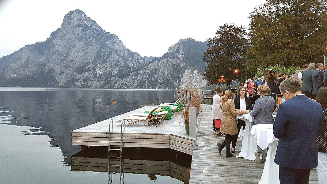 Empfang der Gäste bei malerischer Herbsstimmung direkt am Steg vor dem Traunstein